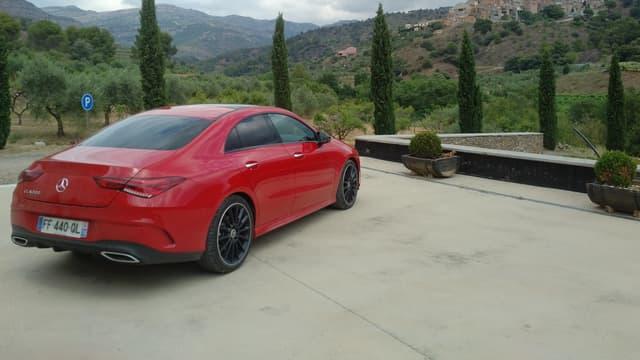 """Une """"petite"""" et dynamique Mercedes pour une clientèle plus jeune ? La marque y croit, et le résultat est à la fois surprenant et convaincant."""