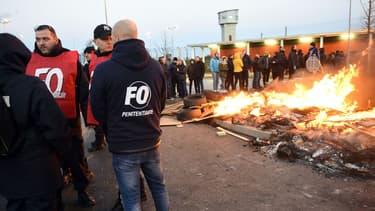 Des gardiens de bloquent l'accès à la prison de Vendin-le-Vieil, le 16 janvier 2018.