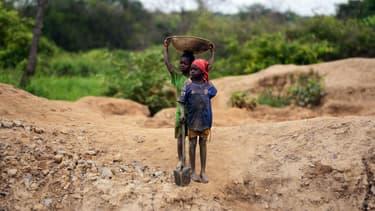 Des enfants qui travaillent dans une mine d'or en Centrafrique, en 2014.