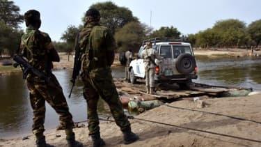 Des soldats Tchadiens regardent une voiture de Nations unies, le 27 janvier 2015