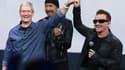 Tim Cook, directeur général d'Apple, et le chanteur Bono, lors de la présentation des nouveaux produits de la marque à la pomme, à Cupertino, en Californie, mardi.