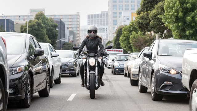 Partager son trajet en moto, ou en scooter, pendant les grèves, c'est le principe du comoturage, le pendant deux-roues du covoiturage.