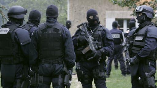Des fonctionnaires de police lors du démantèlement d'une cellule islamiste, en 2005.