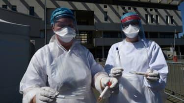 Echantillons de sang prélevés lors d'une campagne de dépistage au Covid-19 à Laval (Mayenne, ouest de la France), le 9 juillet 2020