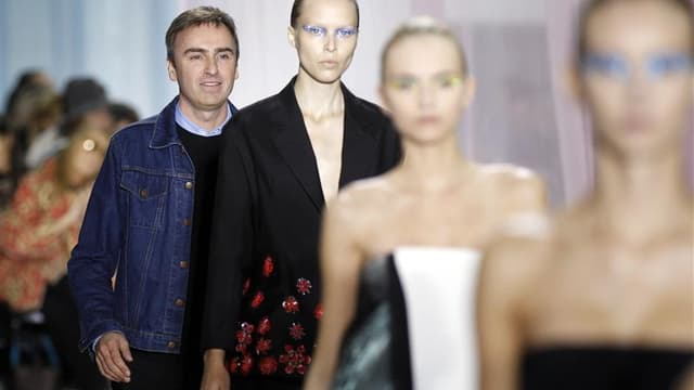 Raf Simons à la fin de son défilé pour le prêt-à-porter de l'été prochain de Dior. Comme galvanisées par l'arrivée de Raf Simons chez Dior et Hedi Slimane chez Saint Laurent, les griffes de luxe ont livré à Paris des collections de haute volée pour le pri