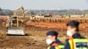 La construction d'une digue a débuté afin de protéger le village de Kolontar, dans l'ouest de la Hongrie, ainsi que les cours d'eau voisins d'une nouvelle coulée de boues rouges toxiques qui menacent de s'échapper d'un réservoir d'une usine d'aluminium do