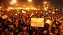 Place Tahrir, dans le centre du Caire. Les opposants à Hosni Moubarak ont passé une nouvelle nuit dans le centre du Caire lundi et ont promis de manifester jusqu'au départ du président égyptien dont le sort semble désormais dépendre de l'armée. /Photo pri