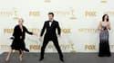 """Jon Hamm (au centre) et Jessica Pare (à droite) de la série """"Mad Men"""" invités à quitter le scène lors de la cérémonie des Emmy Awards, à Los Angeles. La série de la chaîne câblée AMC, qui se déroule dans le milieu new-yorkais de la publicité dans les anné"""