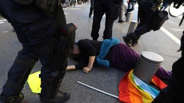 Geneviève Legay effondrée lors de la manifestation à Nice.