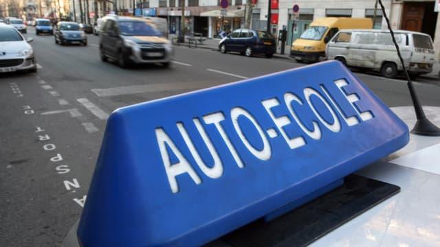 Une voiture d'auto-école à Paris (photo d'illustration).