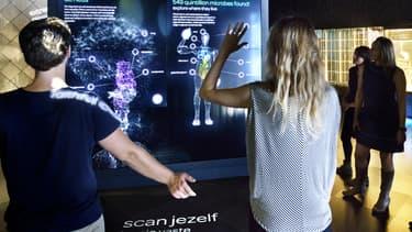 Dans le zoo à microbes qui vient d'ouvrir à Amsterdam, les visiteurs peuvent (comme sur cette photo) découvrir combien ils ont de microbes sur le corps.