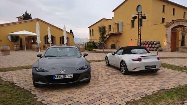 La MX-5 RF (à gauche) et la version à toit souple (ST, à droite). Sur la précédente génération, la NC, le toit rigide représentait 70% des ventes de MX-5 en France.