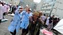 Blessé soigné dans un hôpital de campagne dans le comté de Lushan. Un séisme de magnitude 6,6 a fait au moins 156 morts et environ 5.500 blessés samedi dans une zone reculée et montagneuse du Sichuan, dans le centre de la Chine, selon les autorités chinoi