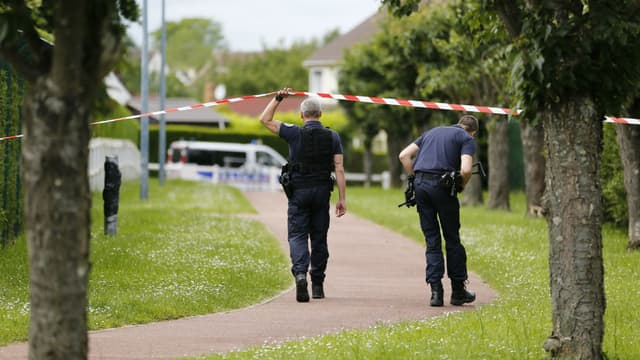 Des policiers à Magnanville, dans les Yvelines, mardi 14 juin, près de la maison où un couple de policiers a été tué