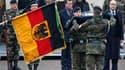 Le ministre de la Défense allemand Karl-Theodor zu Guttenberg (au centre) et son homologue français Alain Juppé (à droite), lors de la cérémonie d'installation d'une unité d'infanterie allemande à Illkirch-Graffenstaden, dans la banlieue de Strasbourg. Ce