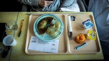 """Une patiente mange un repas comprenant un plat """"fait-maison"""" à l'hôpital Léon Bérard à Lyon, le 10 septembre 2018. (Photo d'illustration)"""