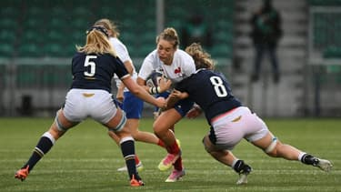 L'ouvreuse du XV de France Audrey Abadie charge les Ecossaises Sarah Bonar et Rachel McLachlan (N.8) en entre les deux équipes, le 25 octobre 2020