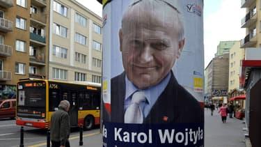 Affiche représentant l'ancien pape polonais Jean-Paul II dans les rues de Varsovie le 30 mars 2015