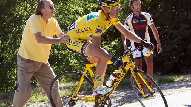 Le maillot jaune a perdu de précieuses secondes après avoir tiré tout droit dans un virage pour finir dans un parking...