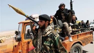Insurgés à la poursuite de membres des forces fidèles à Mouammar Kadhafi à environ 120 km de Syrte. Les insurgés ont progressé lundi en direction de l'ouest et la ville natale de Mouammar Kadhafi, Syrte, mais à Misrata les forces du régime ont pénétré dan