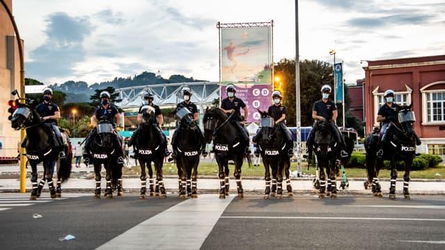 Des policiers à cheval près du Stadio Olimpico de Rome, le 12 juin 2021