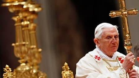 Le pape Benoît XVI a dirigé samedi soir une veillée pascale assombrie par les scandales de pédophilie qui éclaboussent l'Eglise catholique et un début de polémique avec la communauté juive. /Photo prise le 3 avril 2010/REUTERS/Max Rossi