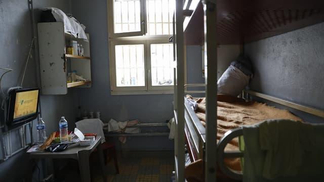 Une cellule de prison avec des lits superposés