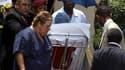 Nelson Mandela, qui avait été hospitalisé 48 heures plus tôt dans une clinique réputée de Johannesburg, en est ressorti vendredi après avoir été soigné pour une infection respiratoire aiguë. L'ancien président sud-africain continuera à recevoir des soins