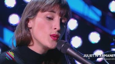 """La chanteuse Juliette Armanet dans l'émission """"Quotidien""""."""