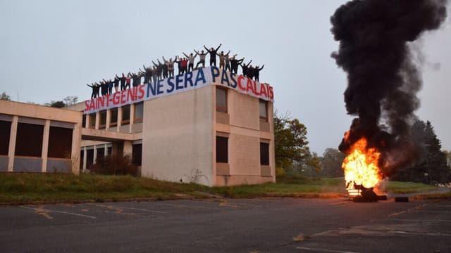 """""""Saint-Genis ne sera pas Calais"""", peut-on lire sur une banderole déployée sur un bâtiment qui va prochainement accueillir un village de Roms, près de Lyon."""