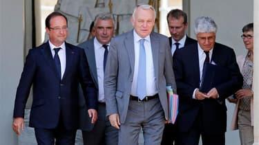 Le gouvernement français s'octroie une courte trêve estivale avant une rentrée explosive où il devra à la fois réformer les retraites, trouver 20 milliards d'euros pour boucler le budget 2014 et, en quatre mois, inverser la courbe du chômage. /Photo prise