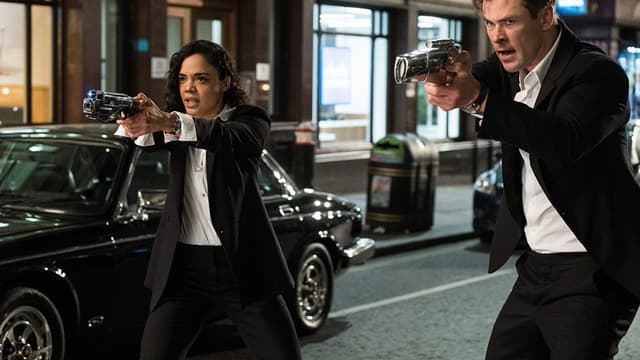 Tessa Thomson et Chris Hemsworth dans Men In Black International.