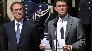 Claude Guéant (à gauche) et Manuel Valls, lors de leur passation de pouvoir au ministère de l'Intérieur, le 17 mai 2012.