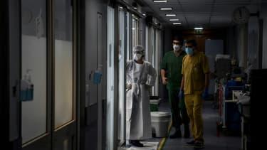 Des professionnels de santé dans l'unité de soins intensifs de l'hôpital Sao Joao de Porto, Portugal, le 22 octobre 2020
