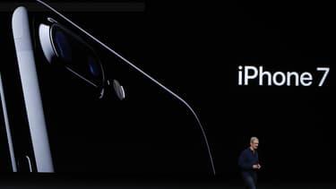 Apple a surpris en indiquant qu'il ne dévoilerait pas de chiffres de précommandes, contrairement aux lancements des précédentes versions de son iPhone.