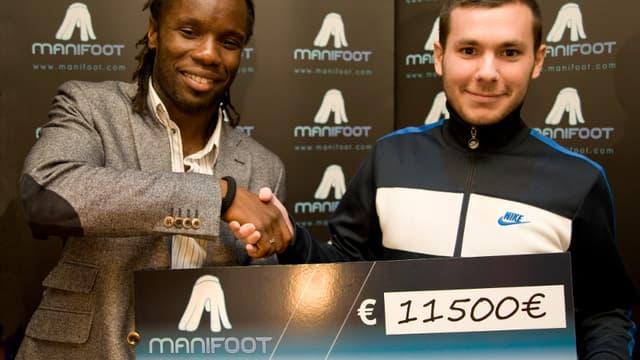 Peguy Luyindula et le vainqueur de la première « Manifoot Cup »