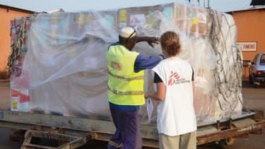 Du matériel médical est réceptionné à l'aéroport de Conakry, en Guinée, le 29 mars.