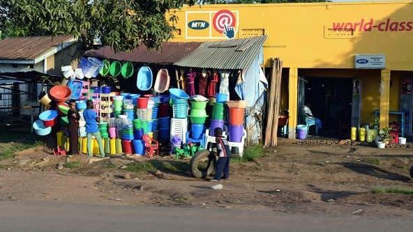 Les objets en plastique utilisés partout dans le monde : ici, à Kampala, en Ouganda.