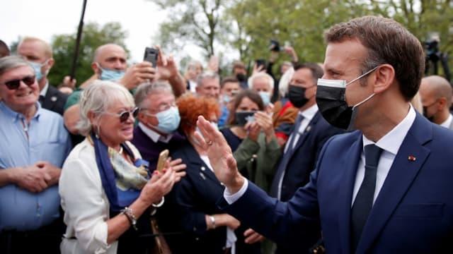 Le président Emmanuel Macron salue des électeurs au Touquet (Pas-de-Calais) le 20 juin 2021