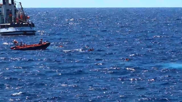 Des migrants en train d'être secourus (photo d'illustration)