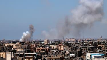 De la fumée se dégageant d'immeubles de la ville de Rafah, après une frappe israélienne, le 15 mai 2021