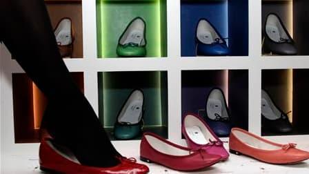 Née en 1947, la ballerine Repetto, produit 100% français qui a failli disparaître, est de nouveau en vogue dans le monde entier. A l'heure des délocalisations et de la crise du secteur de la chaussure, le magasin historique de la marque situé à deux pas d