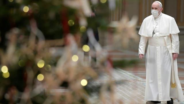Photo fournie par le Vatican du pape François arrivant au Vatican pour son message de Noël, le 25 décembre 2020