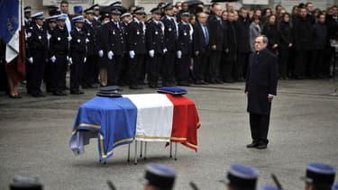 Le ministre de l'Intérieur Claude Guéant rend hommage au policier Cédric Pappatico dans la cour d'honneur de la préfecture de Chambéry, le 14 avril 2012.