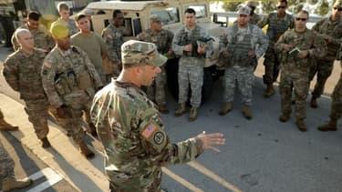 Un sergent de l'armée nationale de Floride explique la situation dans l'archipel des Keys à ses troupes avant de s'y rendre