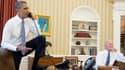 Barack Obama au téléphone avec le président de la Chambre des Représentants, John Boehner, le 31 août. A ses côtés, le vice-président Joe Biden.