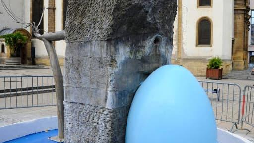 Le maire FN d'Hayange a fait repeindre cette fontaine du sculpteur Alain Mila sans le consulter.