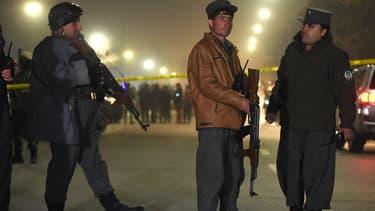Des forces de sécurité afghanes devant le lycée Esteqlal, à Kaboul, le 11 décembre.