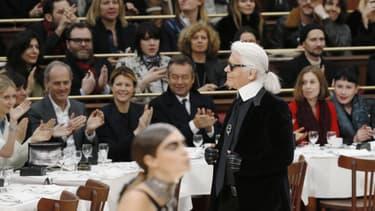 """Le directeur artistique de Chanel trouve la France """"pas si mal"""". Un beau compliment de la part de la langue de vipère de la mode."""