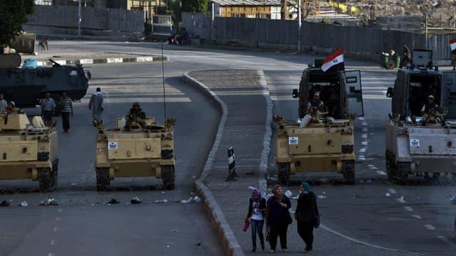 Des chars stationnés place Tahrir au Caire, dimanche 18 août.
